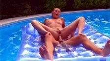 Shocking scène de sexe anal dans la piscine avec Victoria swinger