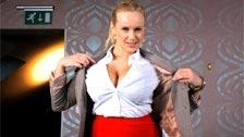 Angel Wicky faz um striptease para nos mostrar seus belos peitos