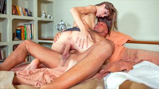 Violette Rose surprend son mari baise avec la femme de chambre Carol Vega