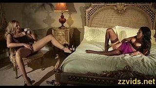 Lisa Ann se masturba enquanto assiste Breanne Benson fazer o mesmo