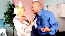Kagney Linn Karter scopa con il suo capo Will Powers in ufficio