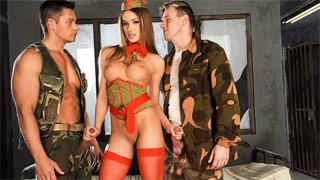 La carceriera Irina Bruni si fa scopare da due soldati imprigionati nella cella