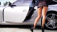 L\'esotica modella asiatica Asa Akira posa accanto ad una vettura sportiva