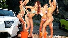 Kirsten, Madison, Monique e Raquel lavam dois carros esportivos usando biquínis