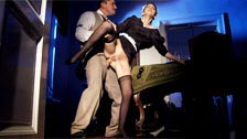 Il capo di Jessyka Swan si scopa la sua cameriera in culo