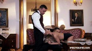 Jessyka Swan si comporta in modo sottomesso mentre scopa con il Padrone e il maggiordomo