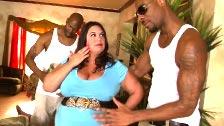 Dos negros, mozos de mudanza, perforando a la obesa Rikki Waters