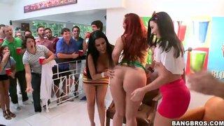 Kelly Divine, Diamond Kitty y Ashli Orion en una fiesta en el campus