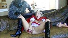 Le loup attrape Petit Chaperon Rouge se masturber et lui ramone