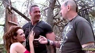 O musculoso Rob Diesel transa com Emy Russo ao ar livre