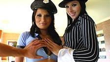 Nicole Evans e Rinela vestidas como gangster e policial neste vídeo POV