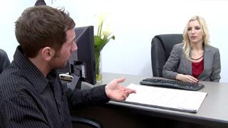 L\'assistente personale Ashley Fires si sbatte il fattorino in ufficio