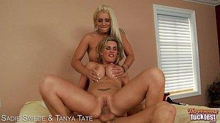 Sadie Swede y Tanya Tate dan buenos días a Chris Johnson jodiendo