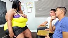 Cotton Candi, profesora de sexo con dos alumnos cachondos
