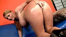 A gostosa Sophie Dee exibe orgulhosamente seus peitões e sua bunda oleosa