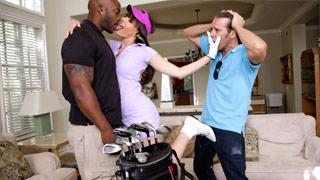 L\'insegnante di golf si scopa Dana DeArmond in presenza del marito