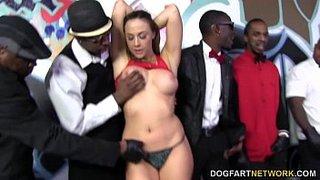 Chanel Preston protagonizando un bukkake interracial