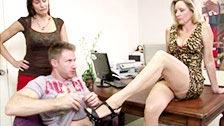 Jodi West bumst auf ihrem Schreibtisch mit einem Angestellten
