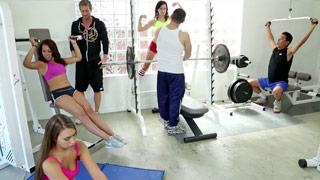 Orgia em uma academia com Sophia Torres, Kimber Lee e Alexis Blaze