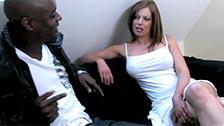 Mamuśka Holly Kiss podczas penetracji przez czarną pałę