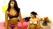 Due bambole latine ballano scuotendo il culo in webcam