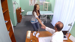 George Uhl se hace pasar por médico en un hospital privado