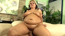 Porche Dali, una gorda aceitada y follada sobre el sofá