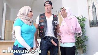 Mia Khalifa e sua mamma litigano per il cazzo di un giovane motociclista