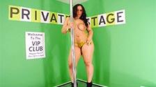 A gordinha Jada Green faz um striptease completo