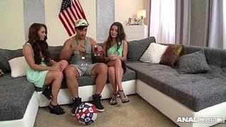 Un afortunado semental disfruta con Jenny y Anita Berlusconi