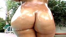 Sophia Costel lleva la piel totalmente aceitada mientras es follada