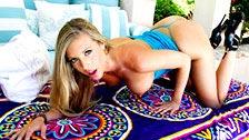 A maravilhosa modelo pornô Samantha Saint aparece de biquíni