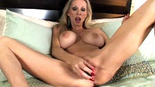 Ophelia Vixxxen, una vecchia bambola che ama masturbarsi da sola