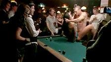 Una joven humillada sexualmente en público, follada sobre un billar
