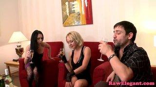 FistFucking pendant un trio avec Lellou et Mandy Dee qui s\'éclatent