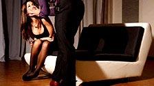 Satin Bloom é submetida a jogos sexuais sádicos por um tarado