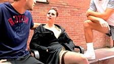 Karina Currie hace un trío con dos desconocidos que la entran