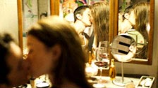 Misha Cross transa com o namorado na frente do espelho