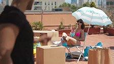 Carol Vega transa cercada por móveis em um terraço