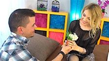 La MILF Gina Monelli ouvre sa chatte après avoir reçu des fleurs