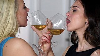Riley Reid e Anikka Albrite estrelam um sensual encontro lésbico