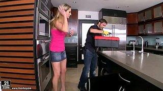 Christine Love follando con un fontanero en la cocina de su casa