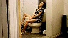 Nancy Vee masturba o rabo em um banheiro público