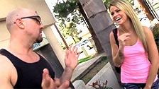 Jesse Rhodes jodiendo con un calvo que la entra en plena calle
