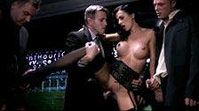 Três homens elegantes transam com Shalina Devine em um clube privado