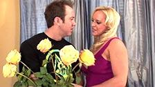 Alexis Golden recibe flores y una follada de un pretendiente