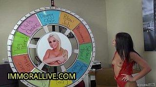 Versión porno de la ruleta de fortuna con Adriana Chechik