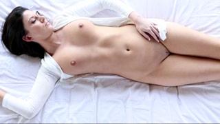 Nikki Daniels baise avec un masseur sur la table de massage