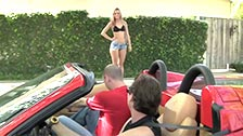 Dos tipos desconocidos recogen a Jessie Rogers en un Ferrari