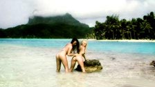 Lesbensex an einem idyllischen Strand, mit Sophia Santi und Jana Cova